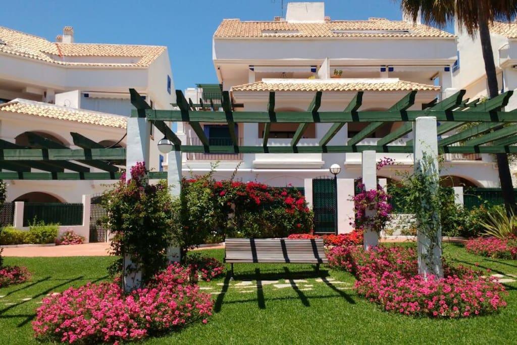 Urbanización cerrada y segura con jardines muy cuidados