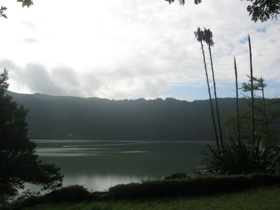 The cottage offers exceptional views of the alluring volcanic lake surrounded by deep luscious tropical vegetation.