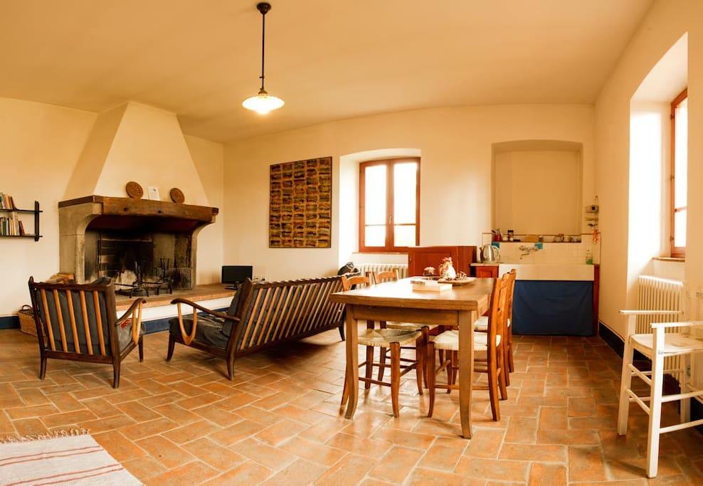 Sala comune con tv, camino, kettle e frigorifero