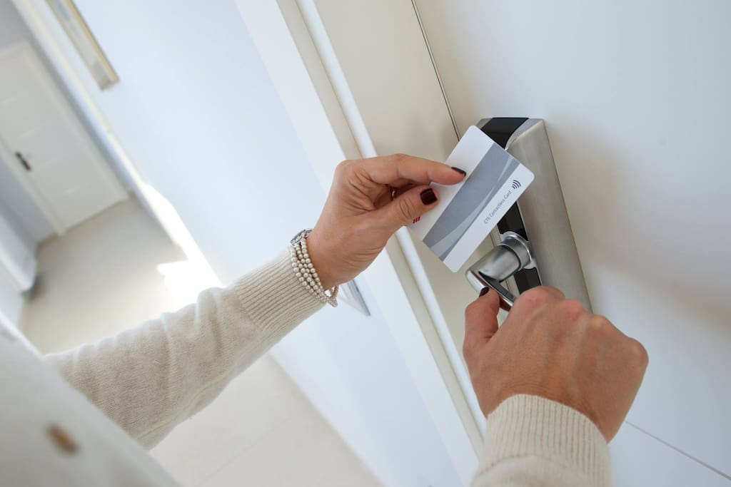 Sistema di Apertura porte stanze codificata con Badge Magnetico Opening System with Magnetic Badge