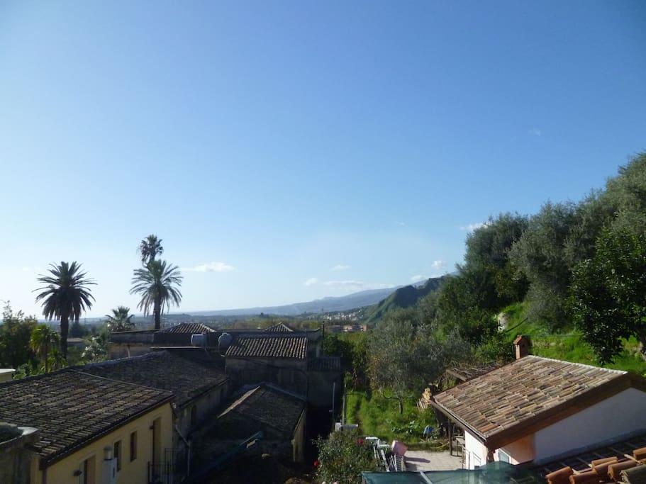 Vista dalla terrazza: Castello di Calatabiano, Etna, oliveto e mare