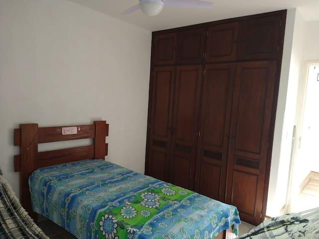 Quarto com 2 camas de solteiro (bicama) e rede.