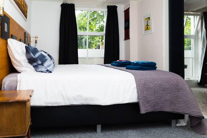 Mooie en-suite kamer met tv