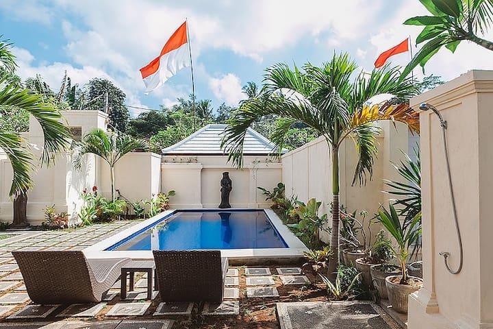 Gerke House,twin beds guestroom with fan pool view - Sukawati