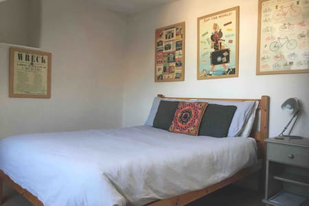 Totnes Centre: Double room with private shower