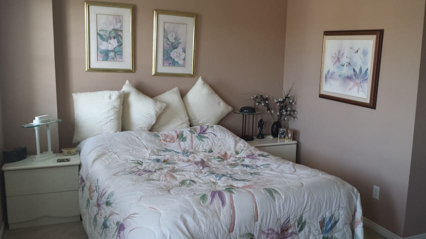Spacious Private Room - Newmarket - 一軒家