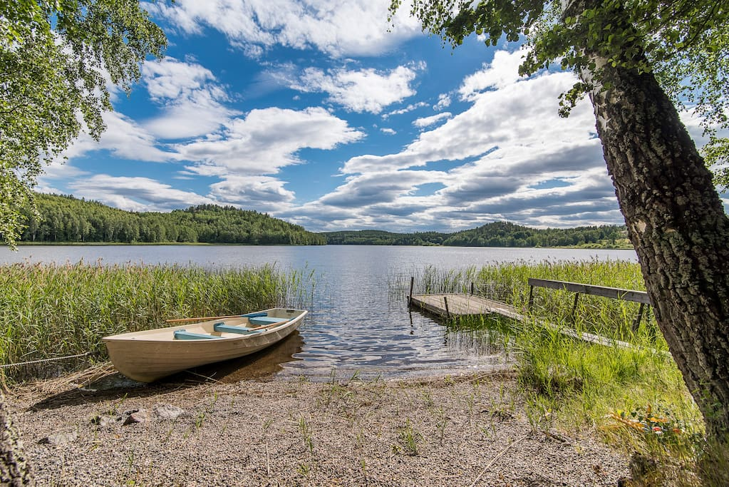 The private beach with rowing boat and canoe. Why not just swim, row, fish or just chill by the lake?