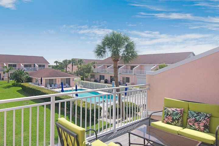 Beautifully updated townhouse w/ shared pool - 3 blocks from the beach!