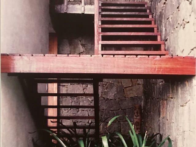 Escadaria de acesso à suíte do andar inferior / staircase to access downstairs suite bedroom