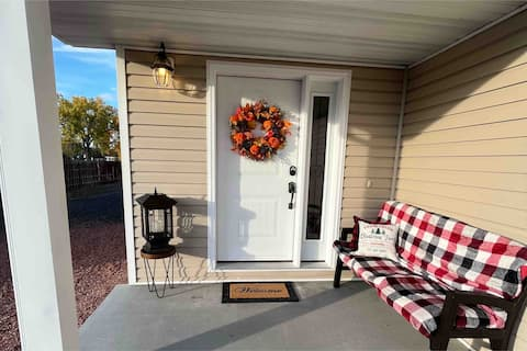 Cheerful 3-Bedroom Townhouse with Free Parking