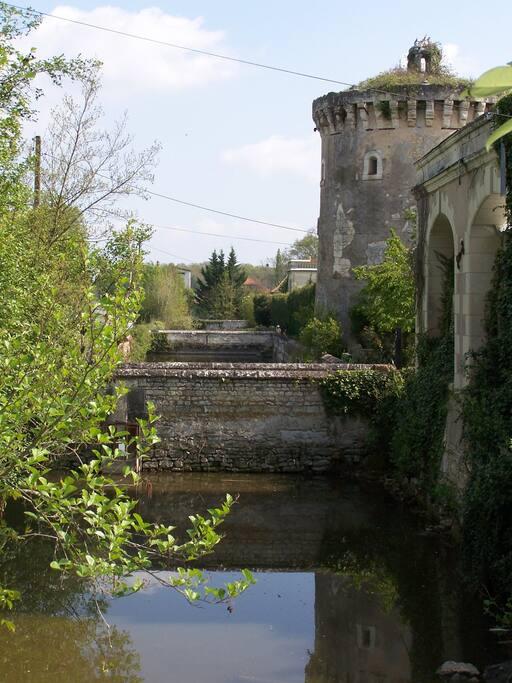 Pour entrer dans la cour carrée, vous passerez sur le pont en pierre au dessus de cette belle douve qui enserre toute la propriété