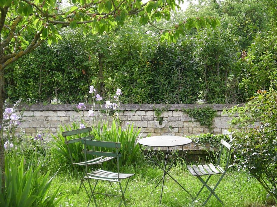 Le petit jardin coté cour, au pied du pigeonnier du XVIe