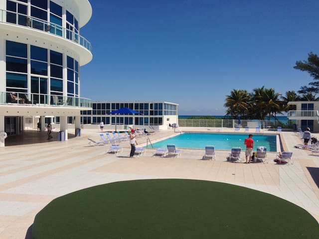 Great location, huge pool and right on the beach. - Morgan (July 2018)