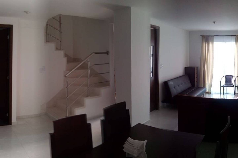 sala y escalera de acceso a segundo piso
