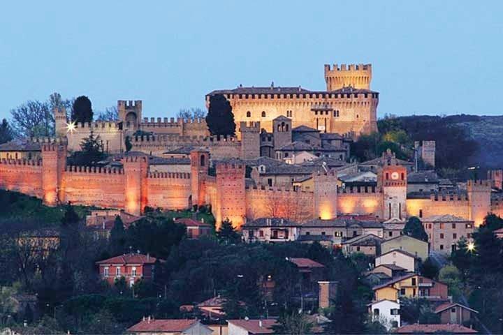 siamo all'interno della mura del castello nel cuore del borgo medioevale