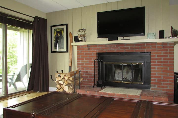 Cozy Mount Snow 1 Bed : Ski on/off, Hot tub, Deck