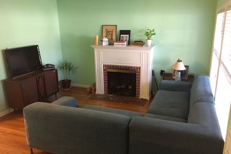 Cozy Home Near Downtown w/Fireplace - Sacramento