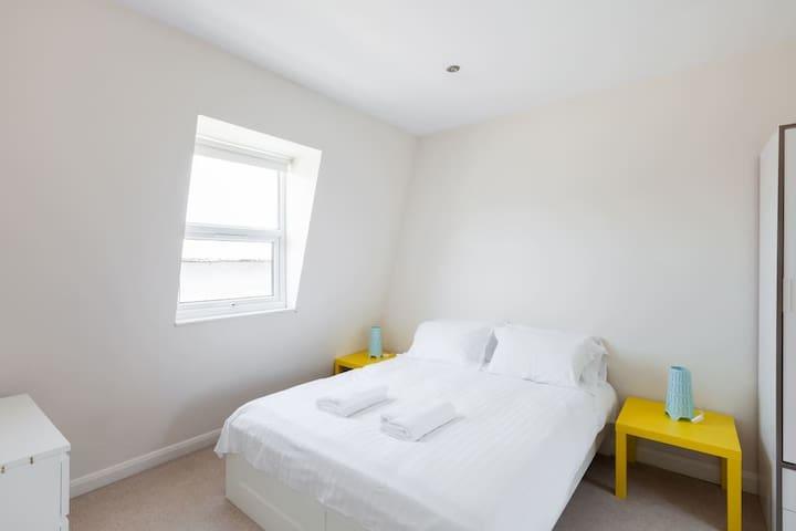 Q1. Glamorous 1 bedroom flat Hammersmith (Cam 2)