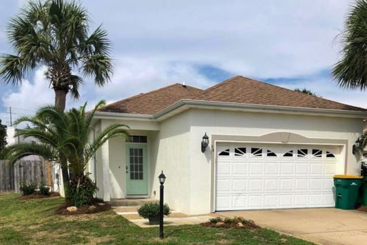 Gorgeous private home, newly remodeled and close to beach