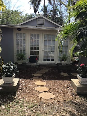 Cozy Cottage in Historic Ft Myers River District