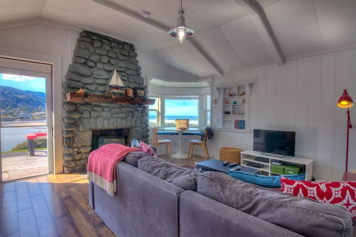 Quaint Ocean Front Cottage with Private Hot Tub!