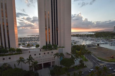 High floor Waikiki condo across from ocean!