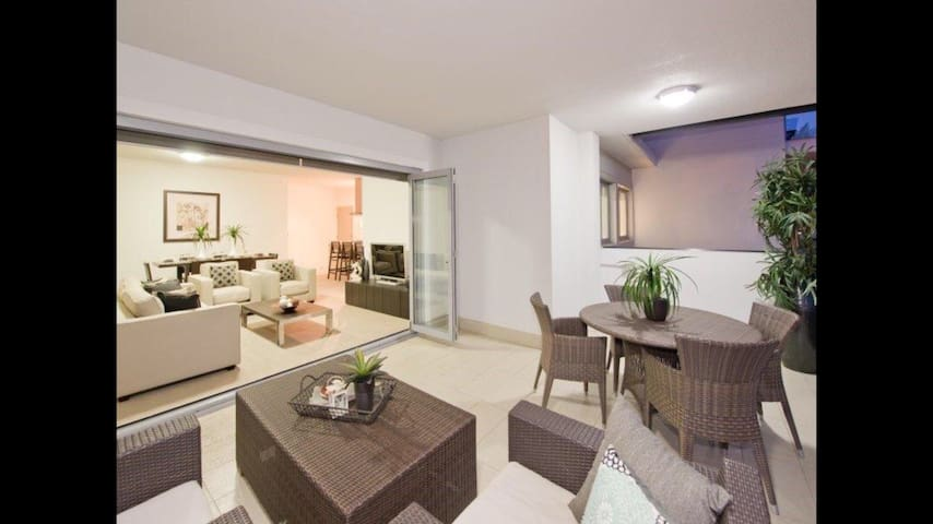 10 mins to CBD city views! DBL bed - Indooroopilly - Flat