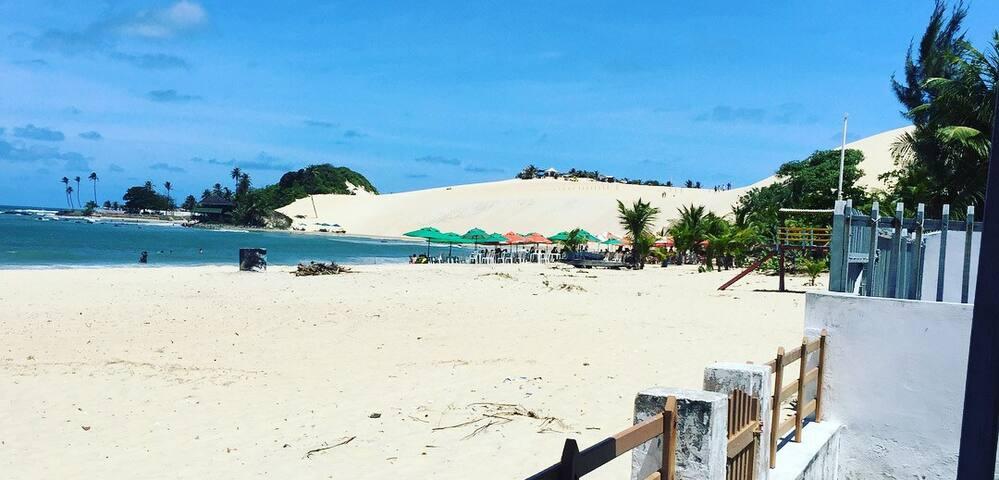 Praia de Genipabú à beira mar.