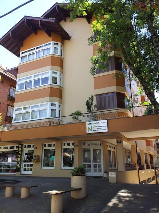 Fachada do prédio. Localizado a 100m da Praça Central de Gramado.