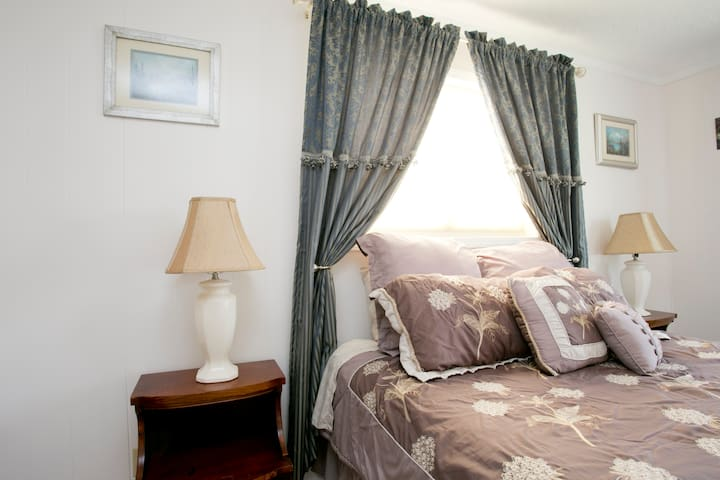 A very feminine and comfy room indeed.