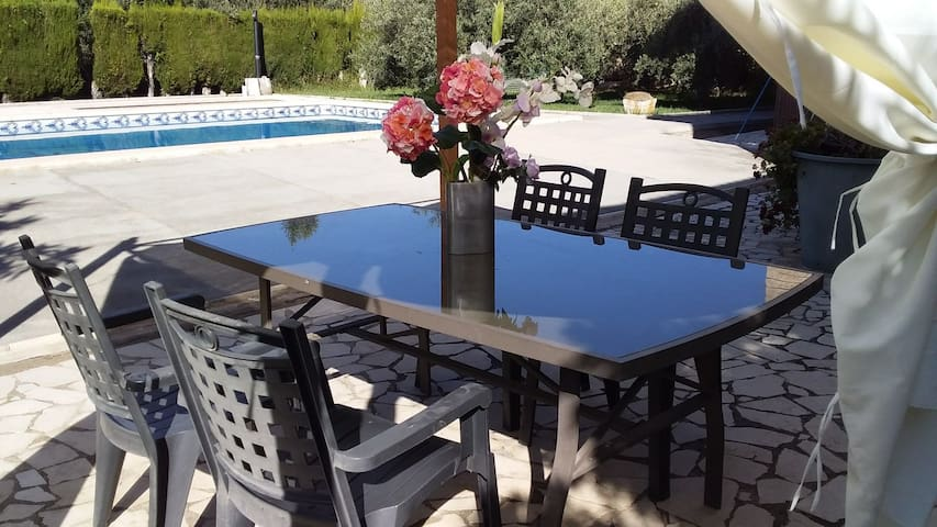 Villa con piscina, jacuzzi, barbacoa y jardin