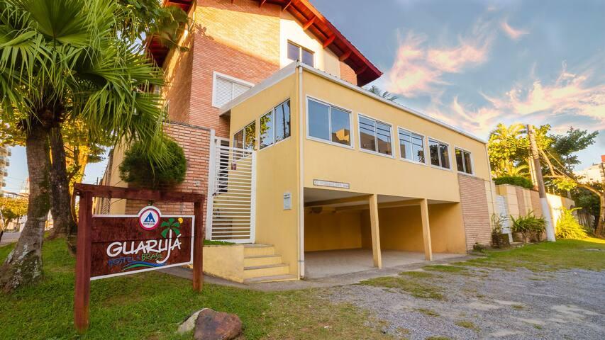 O Guarujá Hostel tem suítes privativas e coletivas