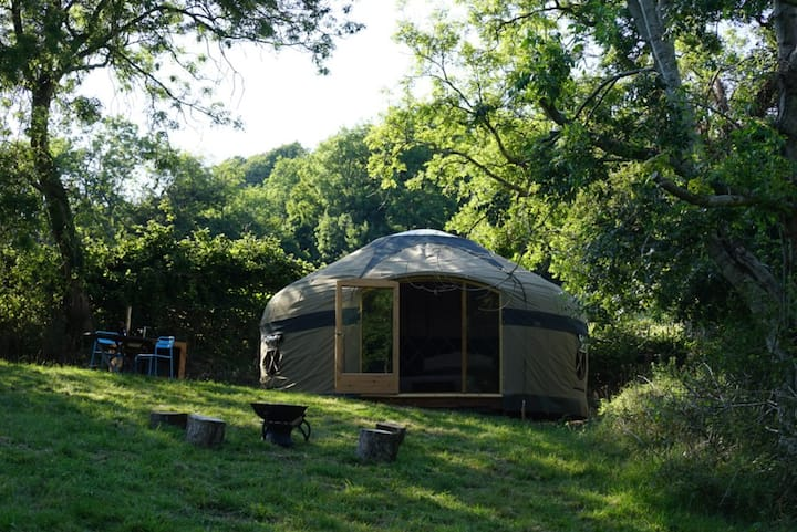 Cosy yurt in picturesque Cotswolds valley