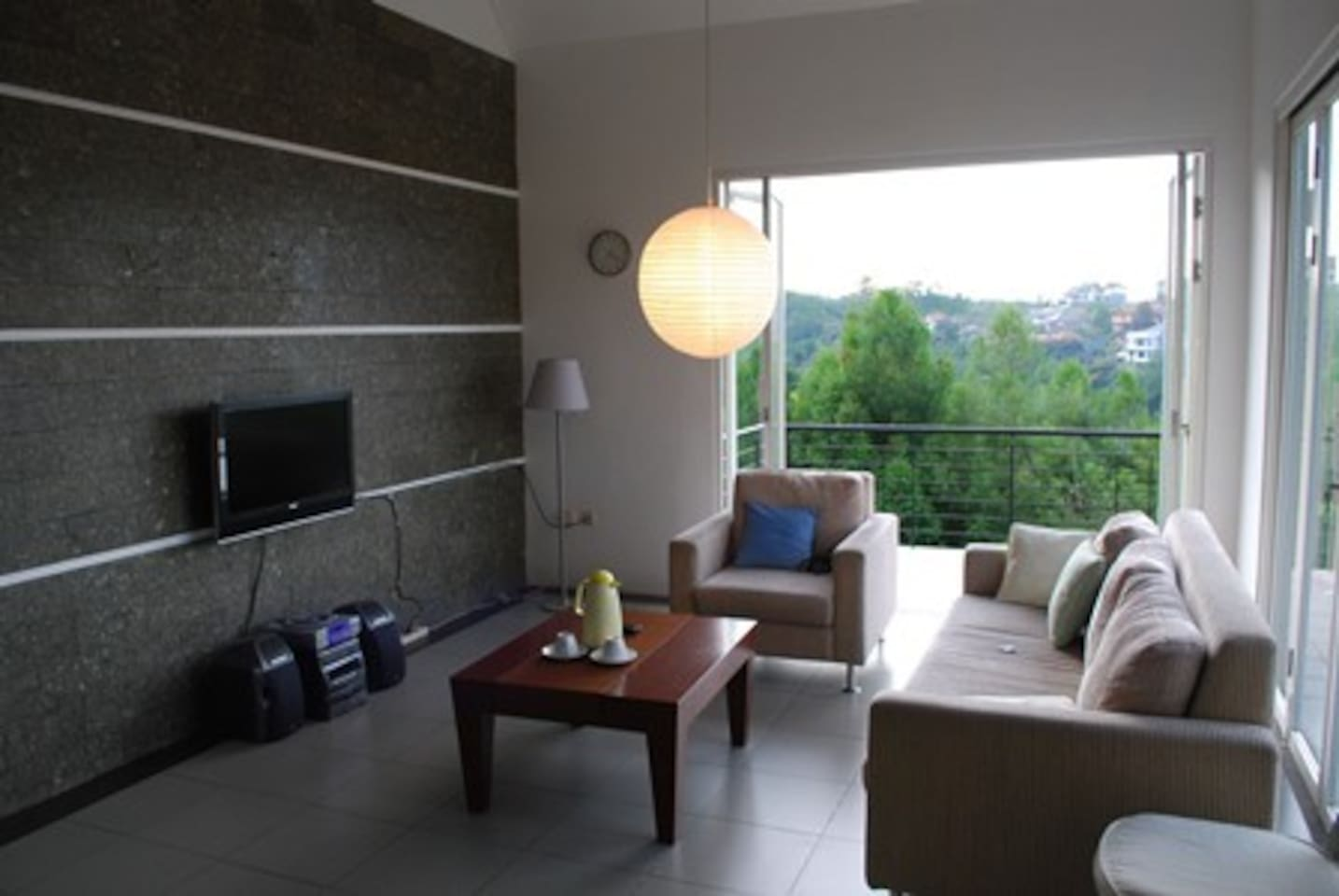 Family Room to gather your groups. Enjoy the cable TV and the Sofa as you breathe the clean air of Bandung.