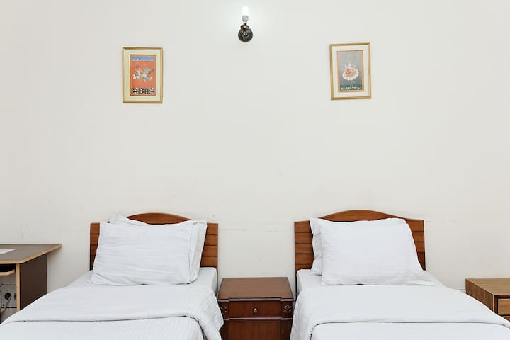 A place for Business travelers in Noida !! - Noida - Bed & Breakfast