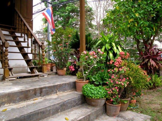 Neat (URL HIDDEN) w/Locals. Umong - Mueang Lamphun - Rumah