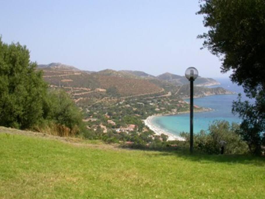 La vista sul mare che si offre dal giardino