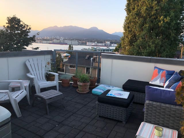 Townhouse with rooftop deck & gorgeous views!