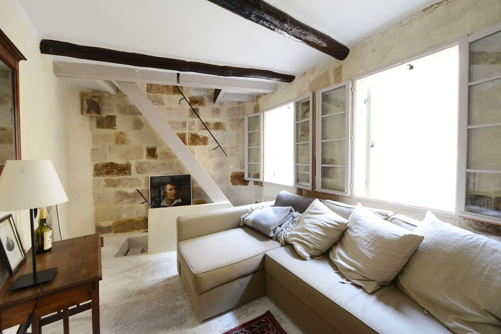 The first floor sitting room overlooks two pedestrianised streets in the historical centre.