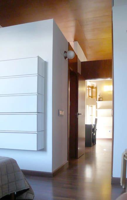Saliendo del dormitorio, a la izquierda el cuarto de baño, a la derecha los armarios empotrados, al fondo el salón.