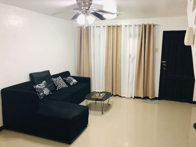 5 minutes to Clark Airport - Townhouse w/ PoolView