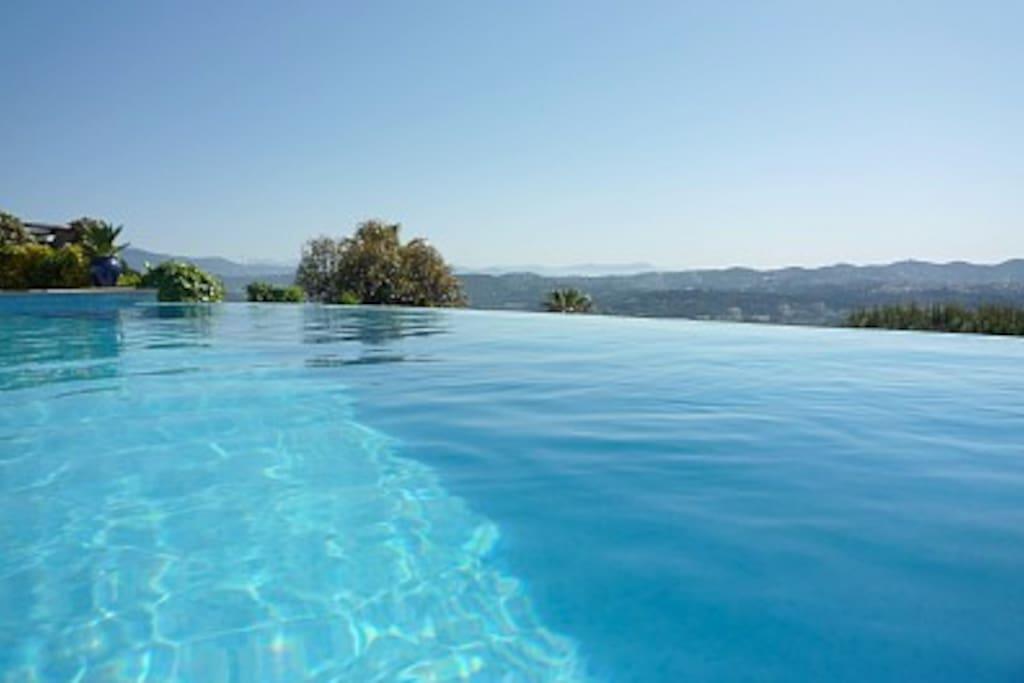 Villa mandelieu piscine d bordement vue mer villas for Piscine mandelieu