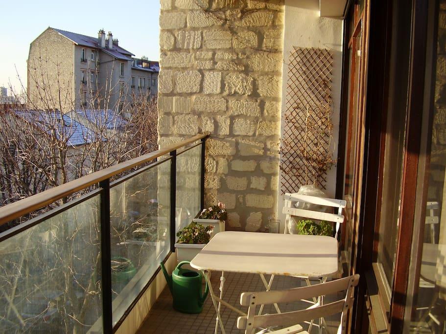 balcon plein sud sans aucun vis-à-vis - donne sur une rue calme -