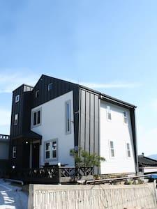 [강릉시] 야경이 보이는 3층 모던 하우스 - 강릉시 - Huis