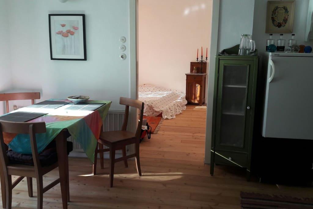 unsere Küche mit Blick ins Schlafzimmer...