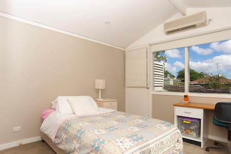 2 Bedroom retreat and ensuite - Northwood - 一軒家
