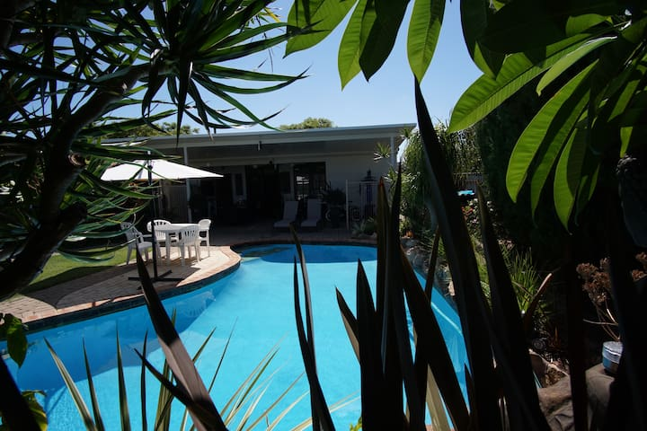 Private room Studio in Yokine, swimming pool
