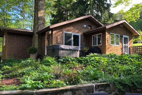 Cozy Mountain Cottage + Hot Tub near Ohiopyle