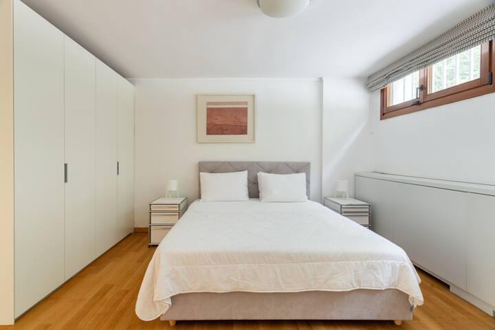Lower level / Bedroom 5: Queensize bed; cozy space with ensuite bathroom