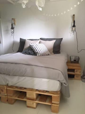 Master bedroom met comfortabele matrassen, dekmatras en dekbedden